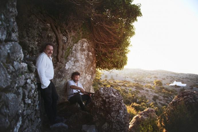 Xylouris/White, il duo piu' potente del folk internazionale allo sponz fest per un grande concerto all'alba il 23 agosto.